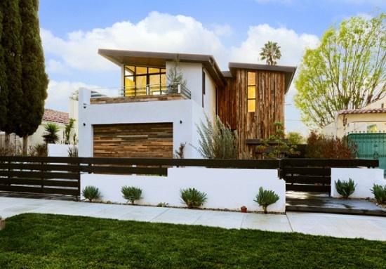 fachadas-de-las-casas-más-bonitas-y-modernas-casa-blanca-madera-con-jardin
