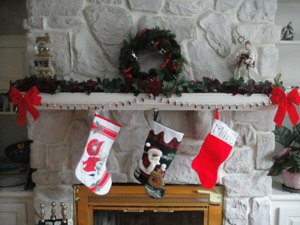calcetines-de-navidad-chimenea-piedra