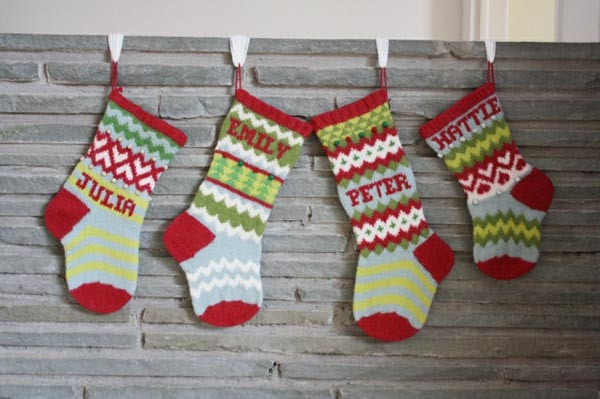 calcetines-de-navidad-en-muro-gris