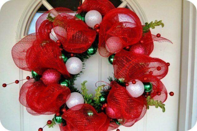 coronas-de-navidad-redecilla-roja-bolas-blancas