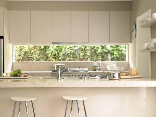 cocinas-con-barra-minimalista-beige
