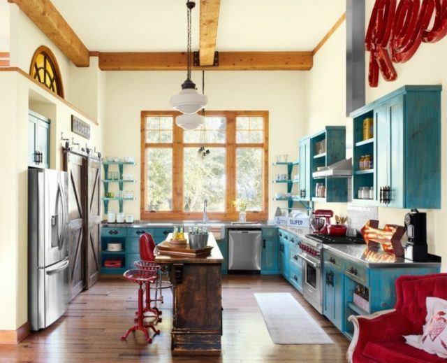 cocinas-con-barra-retro-de-madera-y-azul