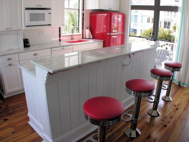 cocinas-con-barra-retro-roja-y-blanca