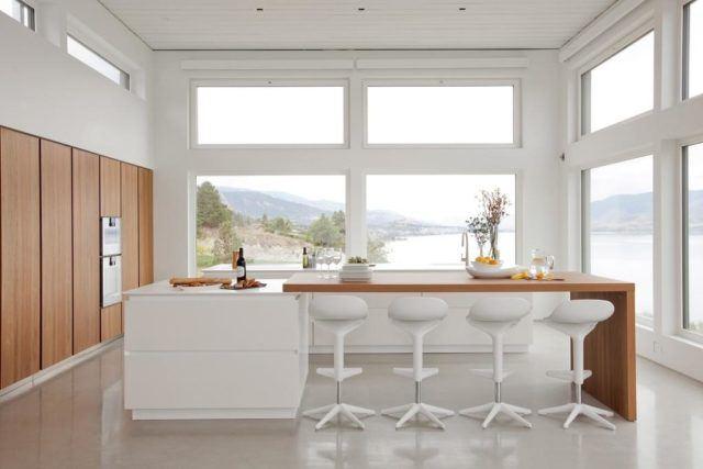 cocinas-empotradas-grandes-de-madera-y-blanca
