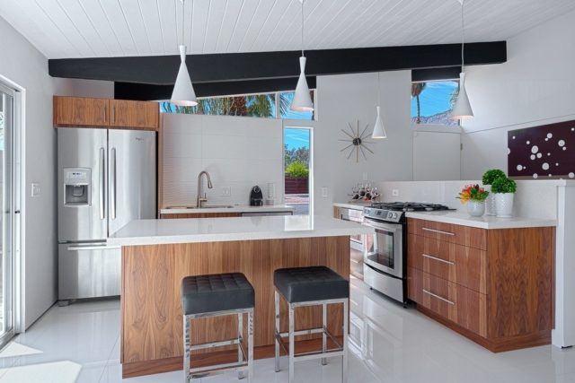cocinas-empotradas-grandes-en-ceramica-blanca-y-madera