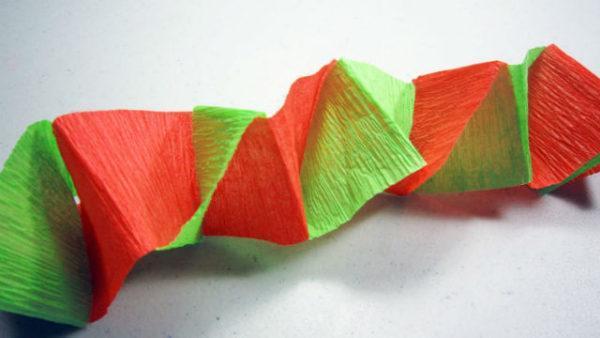 como-hacer-guirnaldas-de-papel-crepe-retorcidas-600x338