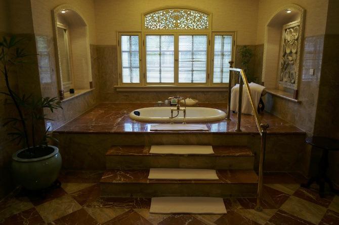 fotos-con-disenos-de-banos-de-lujo-hotel-majapahit-surabaya