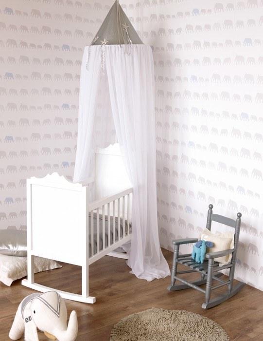 utilizar papeles pintados especiales para las de los bebs es otra opcin decorativa para esta habitacin tan especial