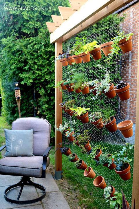 jardin vertical casero como hacer un jard n paso a siembra en casa Jardín vertical con macetas en una verja. También podemos hacer un jardín  vertical ...