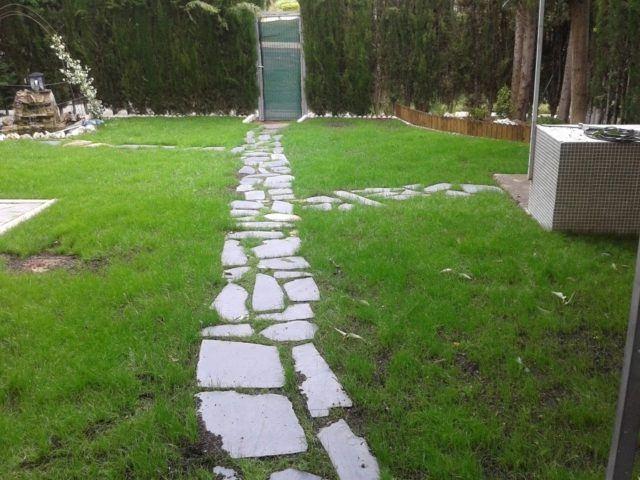 M s de 30 fotos de jardines sencillos con encanto for Camino con piedras para el jardin