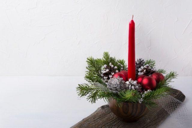 Centros de mesa navidenos con cesta y vela larga roja