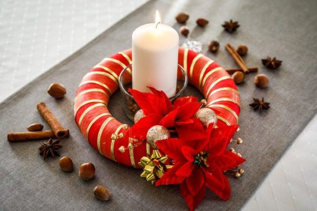 Centros de mesa navidenos con corona roja