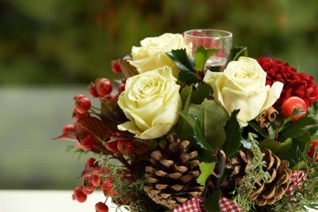 Centros de mesa navidenos con flores rosas y pinas secas