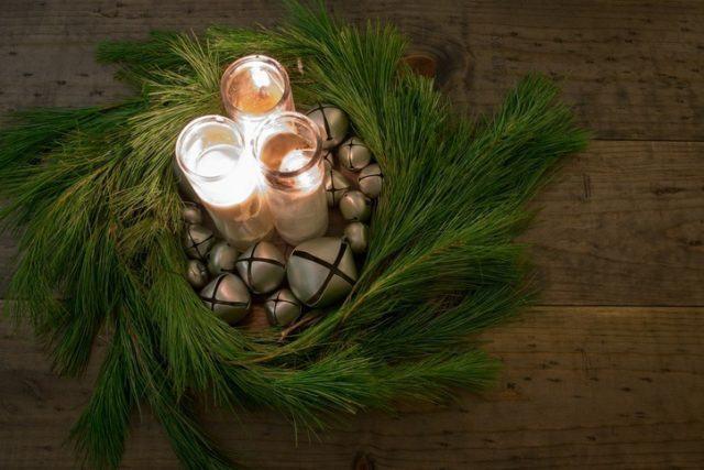 Centros de mesa navidenos con velas ramas de pino y frutos secos