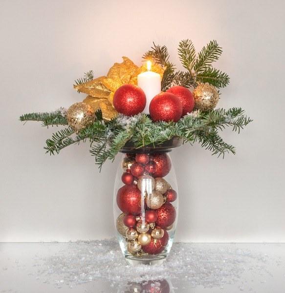 Centros de mesa navidenos jarron con bolas del arbol de navidad