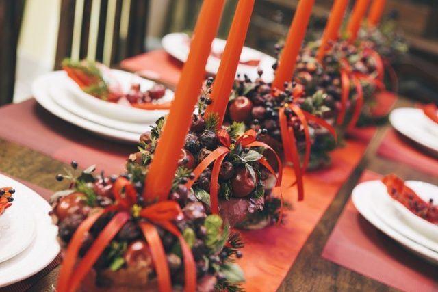 Centros de mesa navidenos rojos con velas y lazos