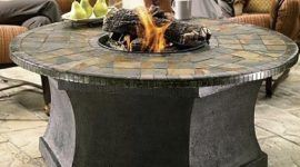Mesa con fogata central para tu jardín