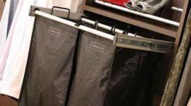 Un cesto de ropa sucia para el vestidor