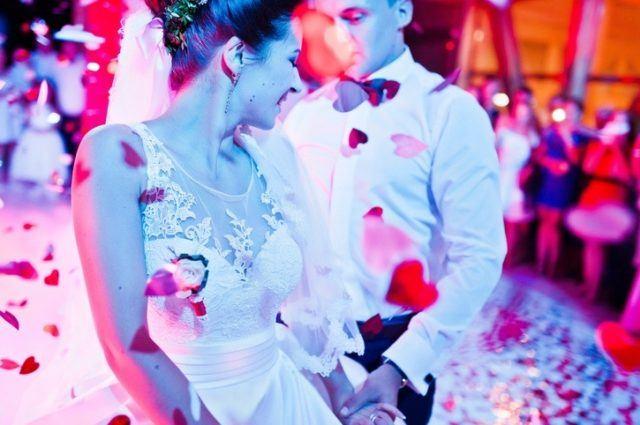 Musica ambiente pareja bailando