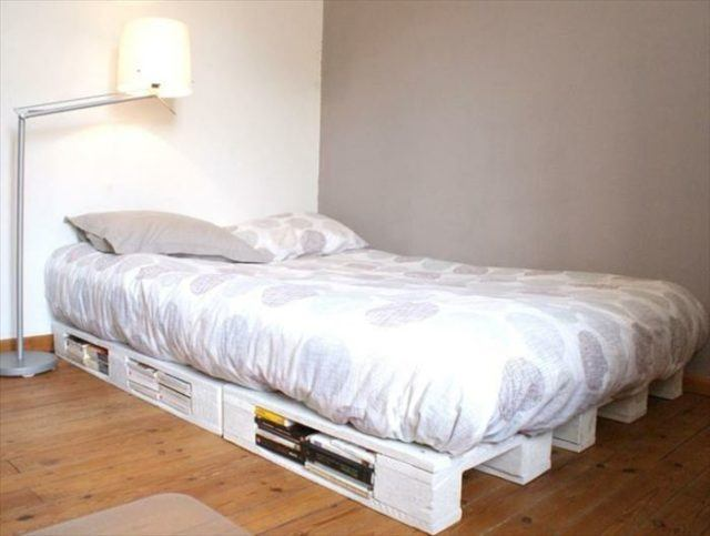 O Para Un Dormitorio Juvenil Puedes Elegir Pintar La Cama De Palets En Color Moda Como El Blanco Lograr Estilo Fresco Y