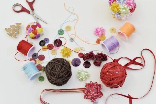 Bolas de navidad bolas de lana y lazo