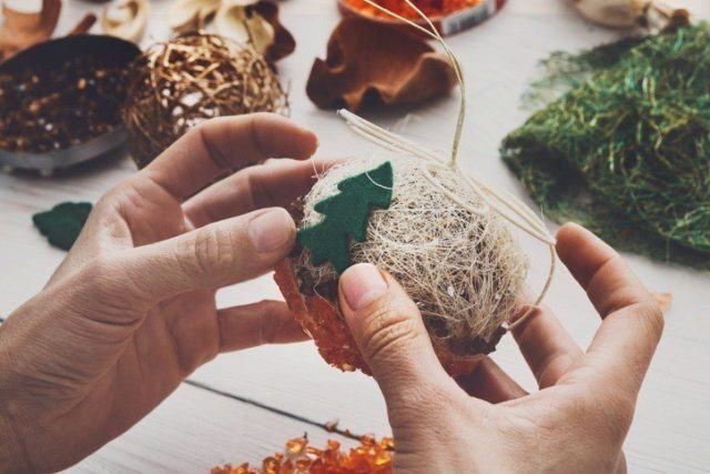 Bolas de navidad con paja y decoracion de fieltro