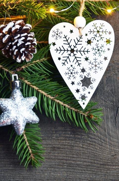 Bolas de navidad de madera con diferentes formas en blanco