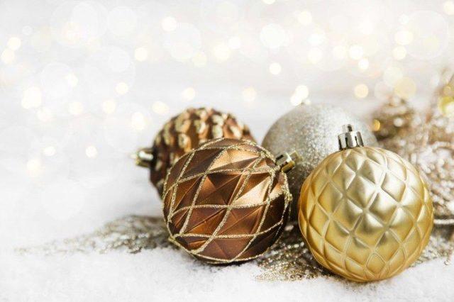 Bolas de navidad diferentes tonos dorados