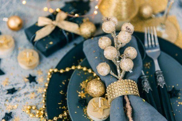 Como decorar la mesa en navidad con bolas de navidad doradas