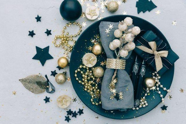 Como decorar la mesa en navidad para fin de ano con perlas y detalles dorados
