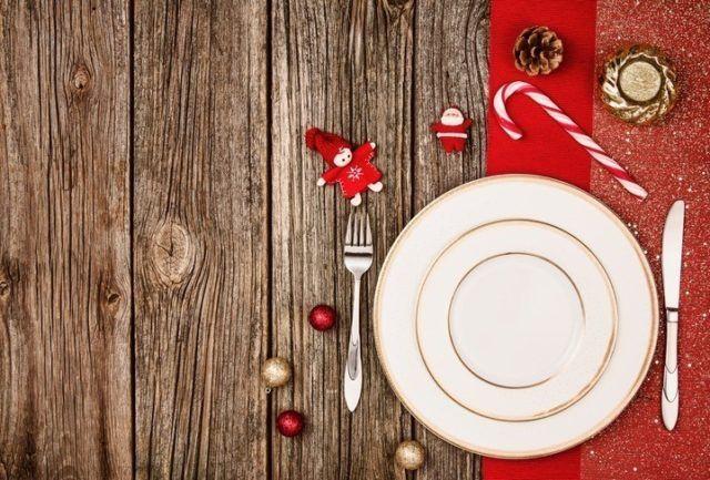 Como decorar la mesa en navidad platos sencillos en rojo y dorado