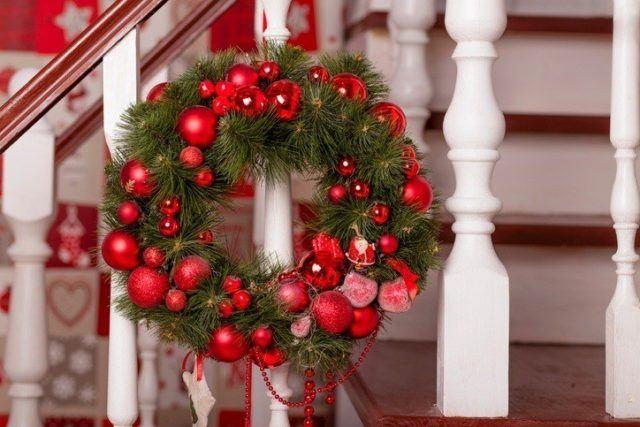 Coronas de navidad originales con bolas de navidad rojas