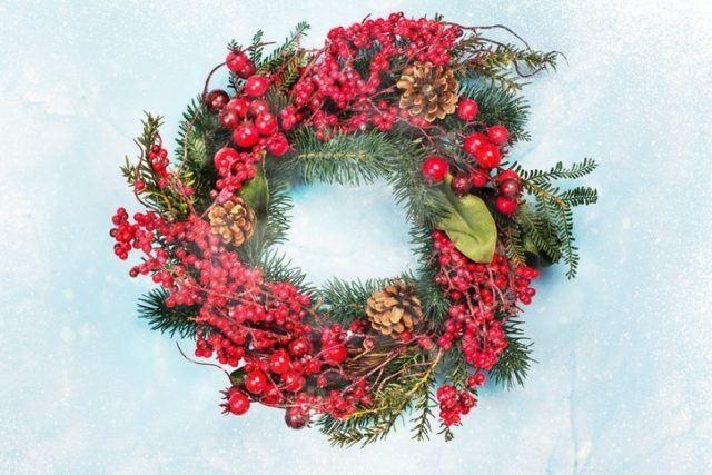 Coronas de navidad originales con frutos rojos