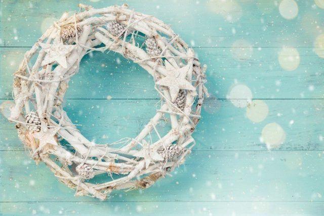 Coronas de navidad originales con ramas blanca