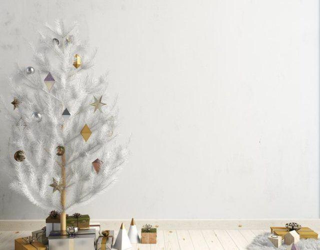 Decoracion de navidad en blanco con arbol pequeno blanco nevado
