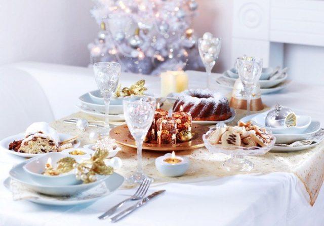 Decoracion de navidad en blanco con toques en dorado para la mesa