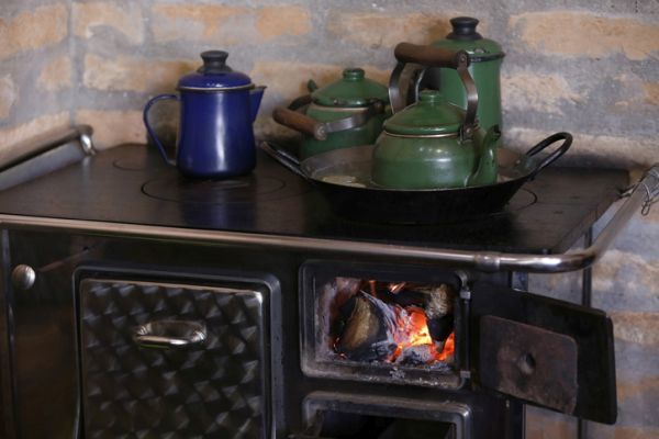 cocinas-antiguas-cocina-de-leña-istock