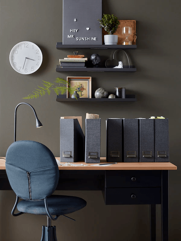Decoracion oficinas detalle pared negra escritorio ikea
