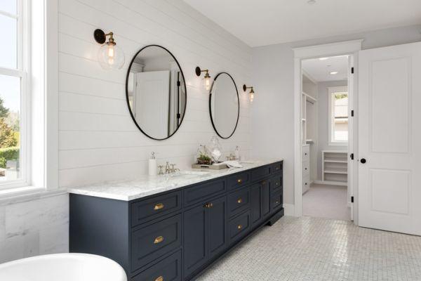 como-decorar-una-pared-con-espejos-bano-istock3