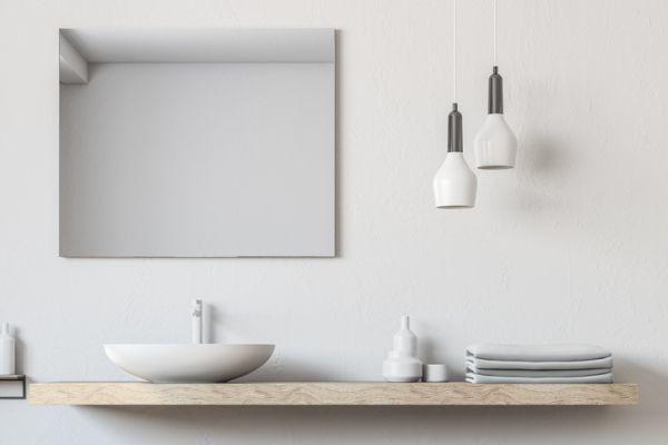 como-decorar-una-pared-con-espejos-bano-istock4