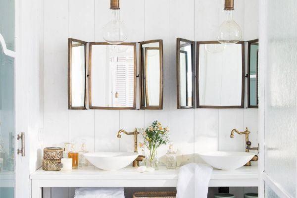 como-decorar-una-pared-con-espejos-bano-ventanas-elmueble