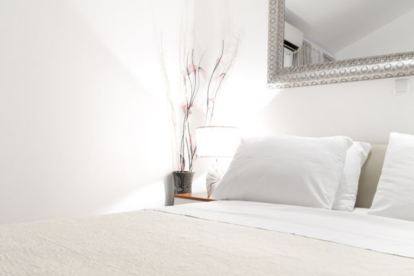 como-decorar-una-pared-con-espejos-dormitorio-istock5