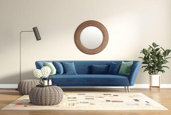 como-decorar-una-pared-con-espejos-salon-istock2