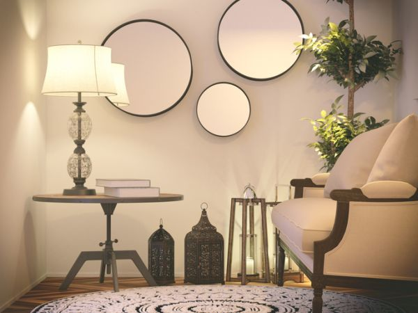 como-decorar-una-pared-con-espejos-salon-istock3