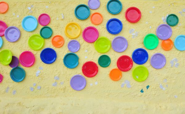 como-decorar-una-pared-con-platos-istock3