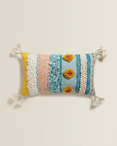 ideas-para-decorar-con-cojines-apliques-pompones-zara