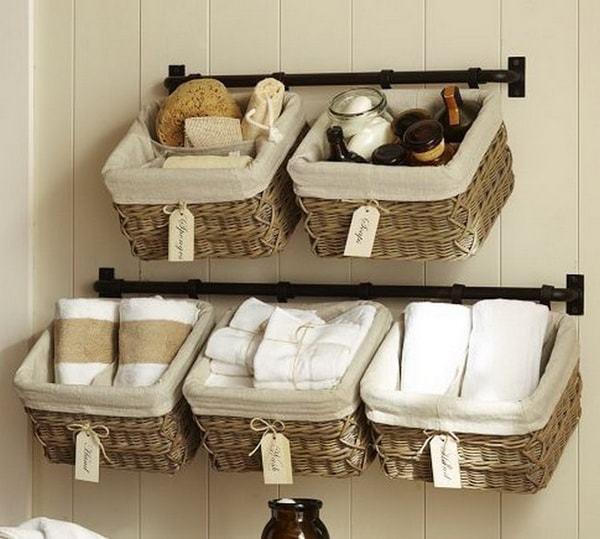 Cómo utilizar las cestas como decoración en el hogar baño pared