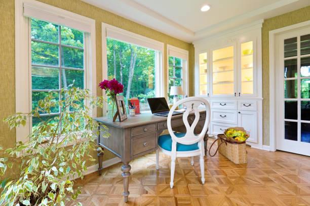 Cómo utilizar las cestas como decoración en el hogar salon junto mesa