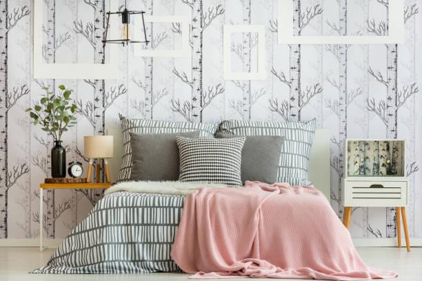 Como colocar cojines en la cama colores estampados