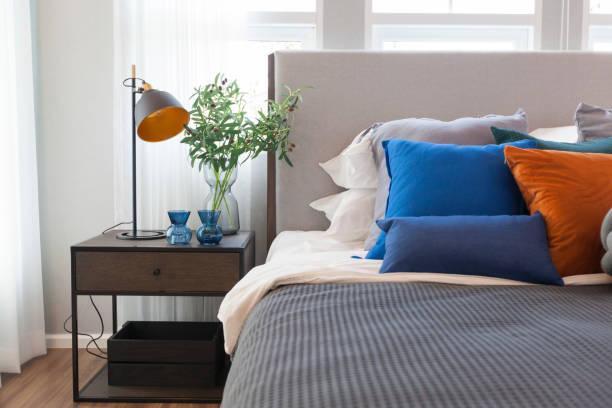 Como colocar cojines en la cama colores llamativos